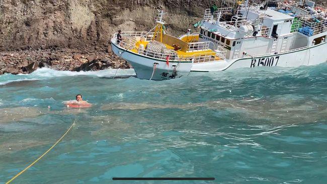 漁船擱淺小蘭嶼11船員獲救 船上8萬公升油料洩漏   華視新聞