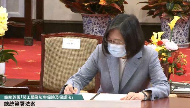 總統簽署職災保險法 要求積極落實、完整保障勞權 | 華視新聞