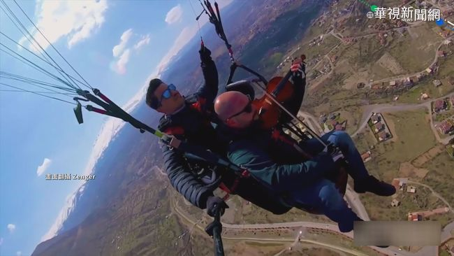 土耳其空中奇景 玩滑翔傘還拉小提琴 | 華視新聞