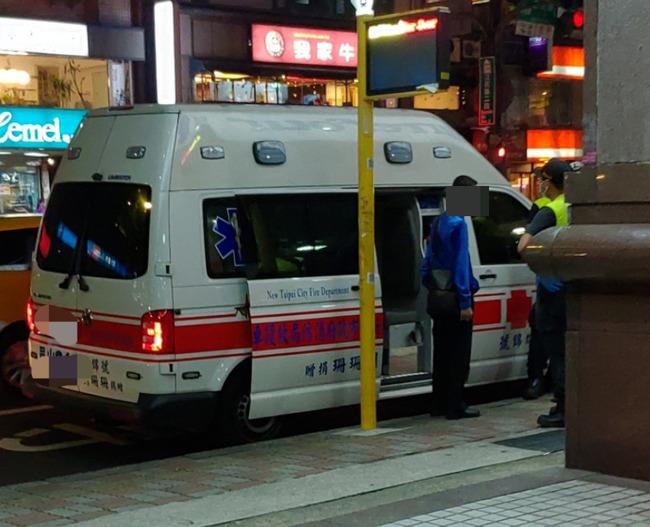 藍衣男等無公車竟叫救護車代步 消防局:最高罰1萬5千元   華視新聞