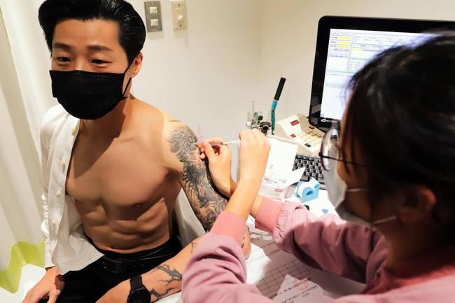 林昶佐接種疫苗「秀肌肉」 大家狂讚:養眼 | 華視新聞
