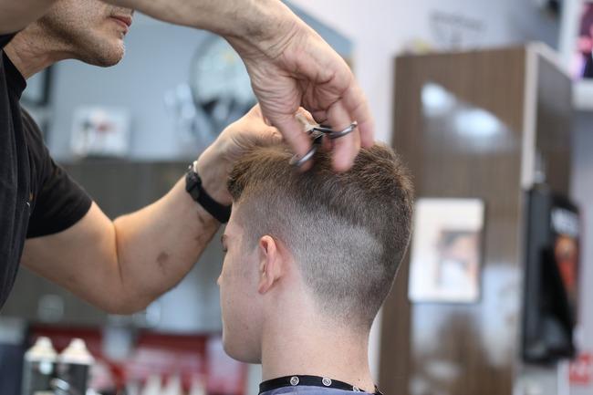 他問百元剪髮靠啥賺錢? 內行揭1招:月賺8萬 | 華視新聞