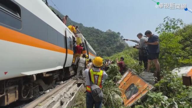 太魯閣號罹難者家屬急問消息 台鐵人員竟回:去擲筊問神明 | 華視新聞