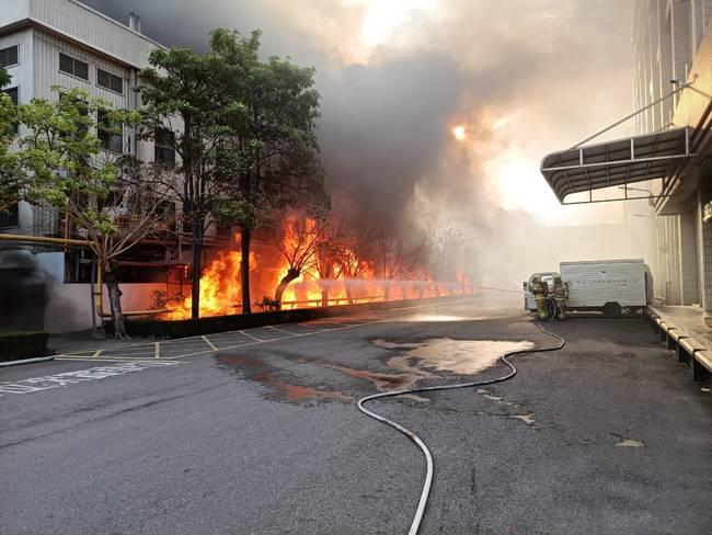 台南生達製藥今晨大火爆炸聲不斷 台一線暫封閉   華視新聞