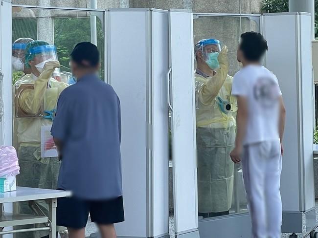 醫嘆新北讓快篩站穿雨衣篩檢 衛生局澄清:那是防護衣   華視新聞