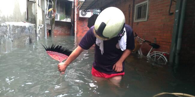大雷雨猛又急!內湖區東湖路淹及大腿、機車一半不見 | 華視新聞