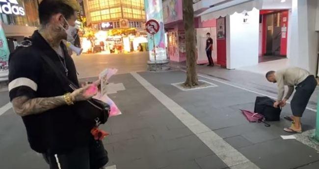 朝沒戴口罩街友砸「酒精水球」 網紅:防疫比較重要 | 華視新聞