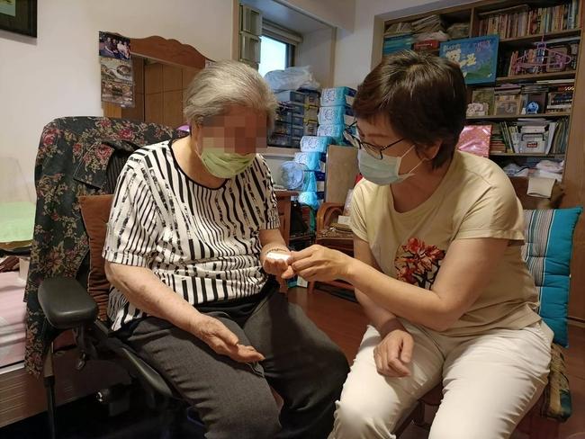96歲嬤「血氧狂掉」不怕染疫!喊:疫苗留給年輕人 | 華視新聞