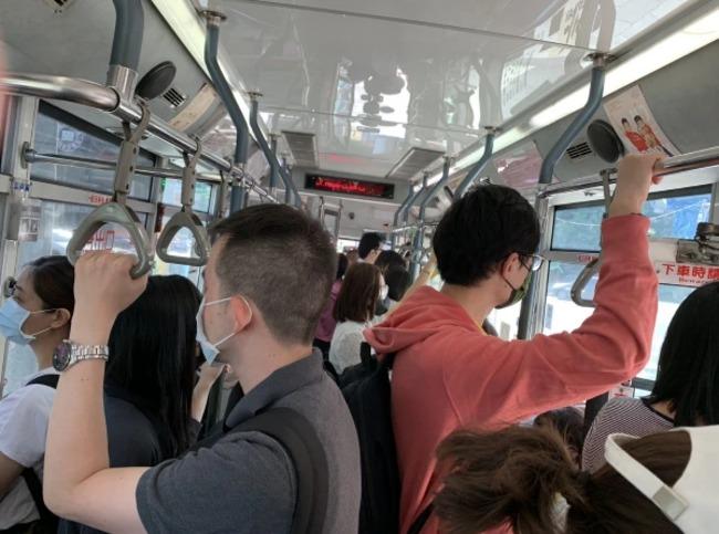 又擠又難等!公車運量減6成 北市議員籲尖峰不減班 | 華視新聞
