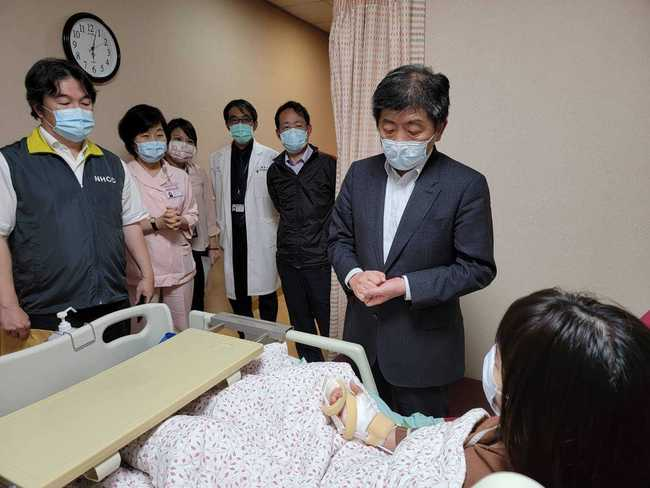 陳時中慰問遭砍醫護 將修法「醫護防疫遭暴力損害」納補助 | 華視新聞