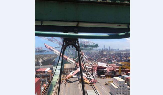 貨櫃輪撞向高雄港碼頭  起重機倒塌一工人受傷 | 華視新聞