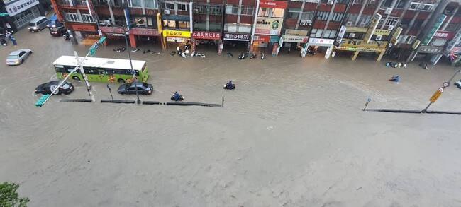 雷雨轟炸北北基!信義區成「黃河一片」   華視新聞