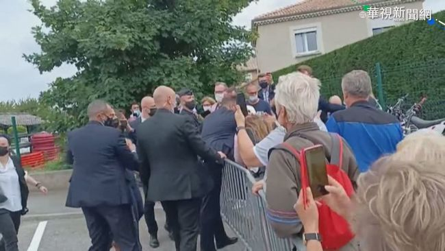 法國總統與群眾握手時 遭當眾賞耳光   華視新聞