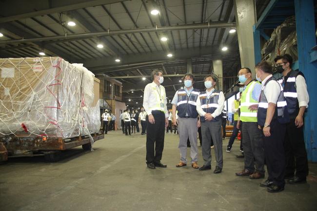 陳時中親自迎接!首批日本負壓隔離艙抵台   華視新聞