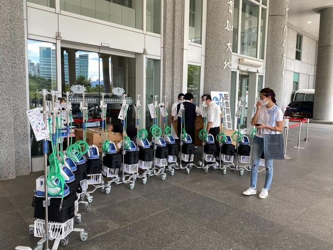 親送52台「救命神器」到各醫院 賈永婕:死神不放假   華視新聞