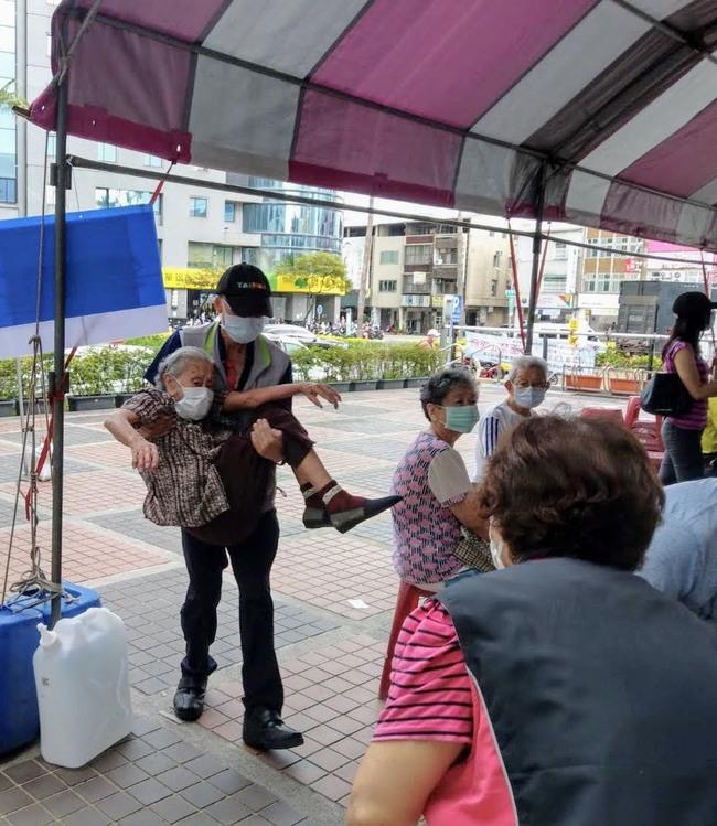暖! 台南衛生所主秘公主抱96歲阿嬤進去打疫苗 | 華視新聞