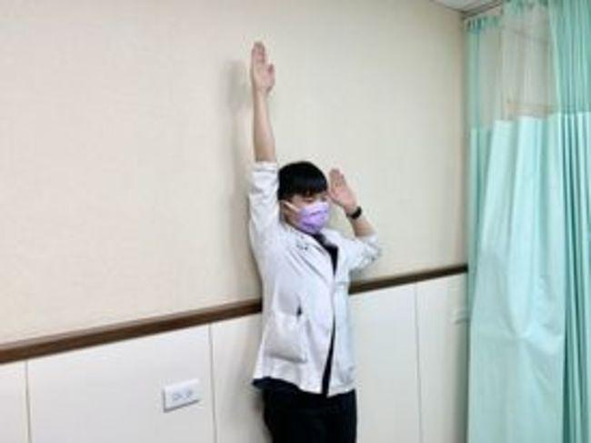 視訊上班就怕肩頸痛 理療師親授三招改善不良姿勢 | 華視新聞