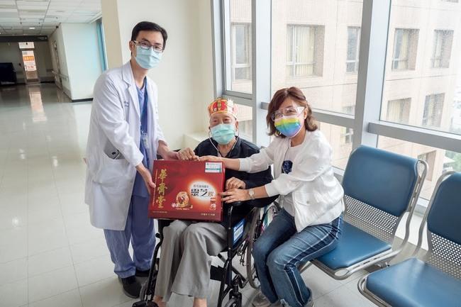 振奮!確診百歲人瑞爺爺抗疫成功 治療三週康復出院   華視新聞