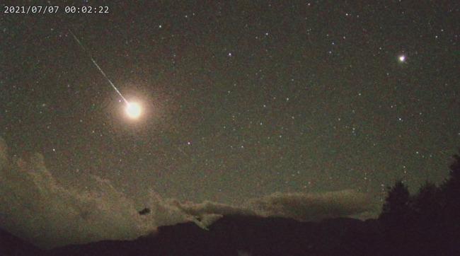 夜空突現「爆閃4次」巨大火球!天文台曝:超猛的一顆流星   華視新聞
