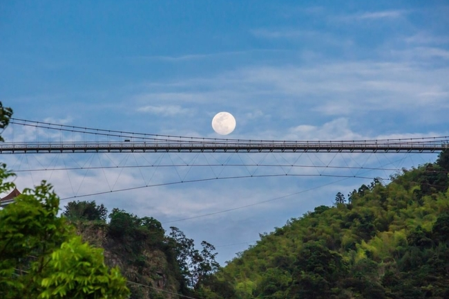迎微解封!阿里山「滿月掛雲梯、神怡流瀑」如仙境 | 華視新聞