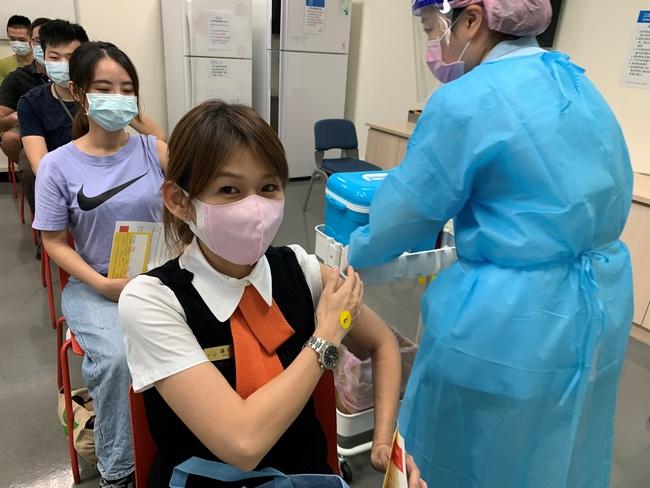高鐵太狂!1瓶疫苗「精準施打」15人 一線員工完成接種   華視新聞