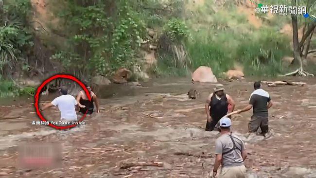 健行渡溪遇溪水暴漲 驚險瞬間直擊! | 華視新聞
