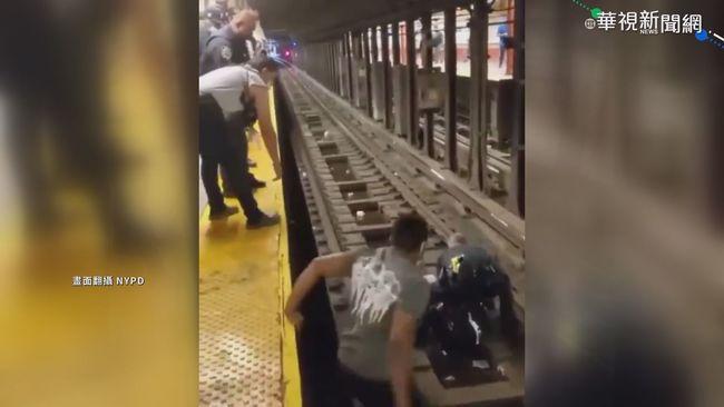 60歲男地鐵昏倒落軌 紐約警即刻救援 | 華視新聞