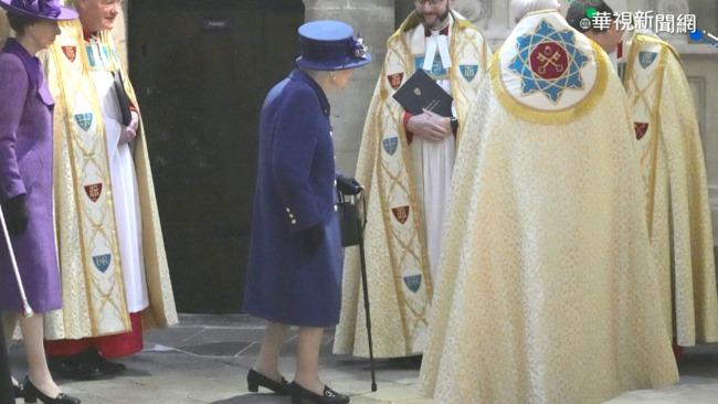 出席西敏寺禮拜 英女王罕見拄拐杖   華視新聞