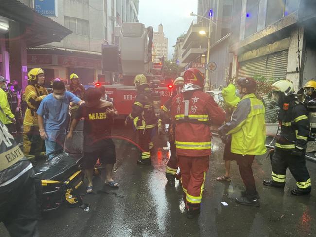 高雄老屋大火百人受困 累計6死 已救出38人 | 華視新聞