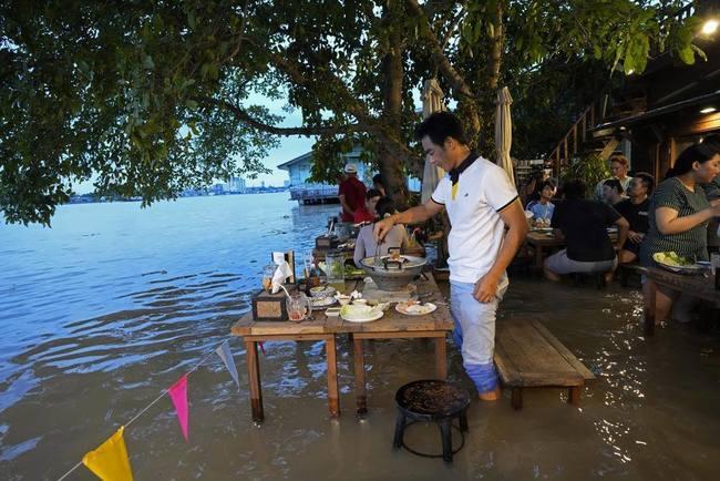 河邊淹水成商機 民眾搶體驗「火鍋衝浪」 | 華視新聞